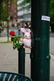 Bloem en teddybeer in Oslo na verschrikking Stock Foto's