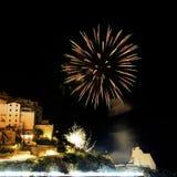Bloem geel vuurwerk in de stad van Sperlonga Itali? stock afbeeldingen