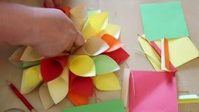 Bloem gekleurd met de hand gemaakt document stock videobeelden