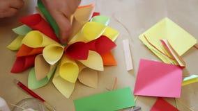 Bloem gekleurde document met de hand gemaakte origami stock footage