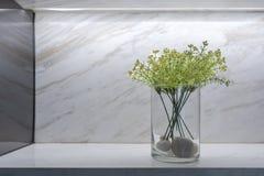 Bloem in marmeren planken voor decoratie stock afbeelding