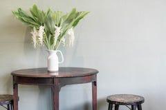 bloem in vaasdecoratie op lijst Stock Fotografie