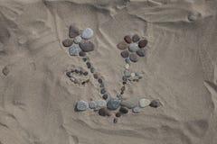 Bloem van kiezelstenen in het zand Royalty-vrije Stock Foto's
