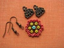 Bloem van parels, het maken van oorringen, met de hand gemaakte juwelen wordt gemaakt die Stock Afbeelding