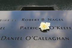 Bloem verlaten bij het Nationale 9/11 Gedenkteken in Groun Stock Fotografie