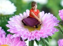 Bloem, vrouw, aard, de lente, mooie schoonheid, de zomer, roze, bloemen, groene jongelui, tuin, gras, kind, in openlucht, portret stock fotografie