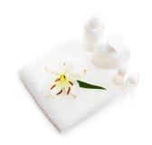 Bloem witte Lelie die op een handdoek en flessen liggen royalty-vrije stock foto