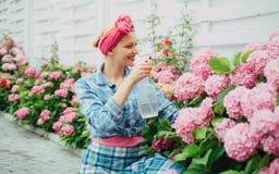 Bloem zorg en het water geven gronden en meststoffen hydrangea De lente en de Zomer gelukkige vrouwentuinman met bloemen Vrouw stock afbeelding