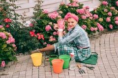 Bloem zorg en het water geven gronden en meststoffen Serrebloemen gelukkige vrouwentuinman met bloemen hydrangea royalty-vrije stock fotografie