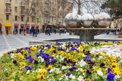 Bloembed op Fonteinvierkant in centrum van stad Baku azerbaijan Stock Foto