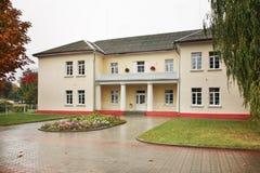 Bloembed op vierkant in Baranovichi wit-rusland stock afbeeldingen