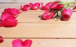 Bloemblaadjes van rozen op de lijst Stock Foto