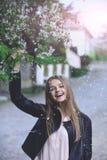 Bloembloesem en gelukkige vrouw bloembloei met sexy meisje Royalty-vrije Stock Fotografie