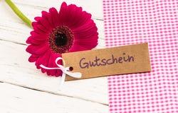 Bloembloesem met giftkaart met Duitse woord, Gutschein, middelenbon of coupon royalty-vrije stock foto