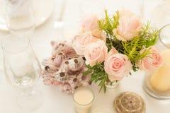 Bloemdecoratie op een lijst Royalty-vrije Stock Afbeeldingen