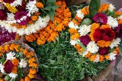 Bloemdienstenaanbod aan Shiva Stock Foto