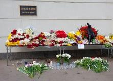 Bloemen bij de ingang aan de Ambassade van Japan Stock Foto