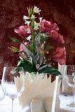 Bloemen bij lijst Royalty-vrije Stock Foto's