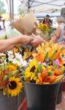 Bloemen bij Ope-Bloemmarkt die worden gekocht Stock Foto