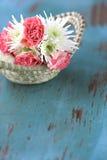 Bloemen boeket van rozen en mums Stock Fotografie