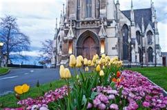 Bloemen buiten een kerk Stock Fotografie