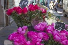 Bloemen buiten een winkel in Parijs, Frankrijk royalty-vrije stock foto's