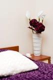 Bloemen in comfortabele slaapkamer royalty-vrije stock fotografie