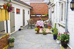 Bloemen in de binnenplaats Royalty-vrije Stock Afbeelding