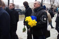 Bloemen in de kleur van de vlag van de Oekraïne bij onbekend in de rij bij de begrafenis van Boris Nemtsov Stock Fotografie