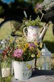 Bloemen in de kruiken Stock Fotografie