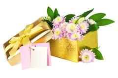 Bloemen in de open gouden doos stock afbeeldingen