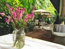 Bloemen in de vaas Stock Foto's