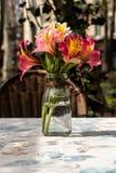 Bloemen in de vaas stock fotografie