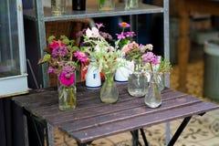 Bloemen in de vazen Stock Foto's