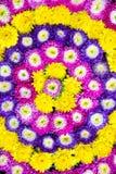 Bloemen die op het water in het aardewerkbassin drijven Royalty-vrije Stock Foto