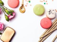 Bloemen, document stro, macarons en confettien Stock Afbeelding
