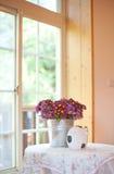 Bloemen door het venster Stock Foto