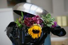 Bloemen in een bak royalty-vrije stock afbeeldingen