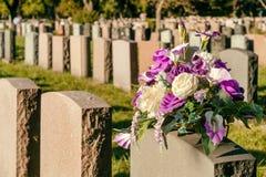 Bloemen in een begraafplaats Royalty-vrije Stock Afbeelding
