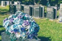 Bloemen in een begraafplaats Stock Afbeeldingen