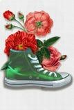 Bloemen in een groene tennisschoen stock afbeeldingen