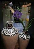 Bloemen in een grote vaas stock afbeeldingen