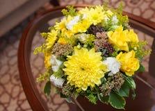 Bloemen in een hotelruimte royalty-vrije stock afbeeldingen