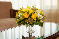 Bloemen in een hotelruimte stock foto's