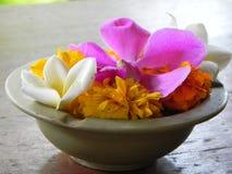 Bloemen in een kom royalty-vrije stock afbeelding