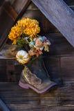 Bloemen in een laars Royalty-vrije Stock Fotografie