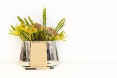 Bloemen in een metaalvaas royalty-vrije stock afbeeldingen