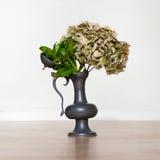 Bloemen in een oude tinvaas Royalty-vrije Stock Foto