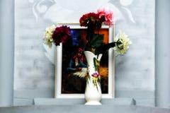 Bloemen in een vaas op een grijze achtergrond Stock Fotografie