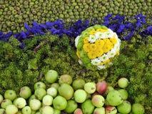Bloemen en appelensamenstelling stock fotografie